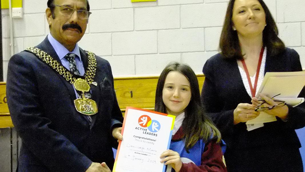 A student recieveing her active leaders certificate
